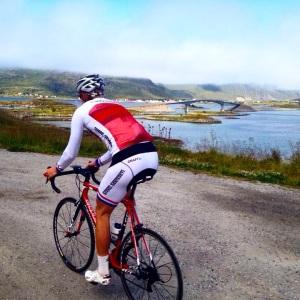 Her er jeg på vei til Reine, der min Pappa kommer fra, nydelig natur med fantastiske veier som slynger seg mellom stupbratte fjell, kritthvite strender og kraftig hav