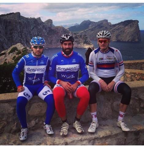 3 fornøyde gutter ved fyrtårnet på Fromentor, mektig natur langs kysten.