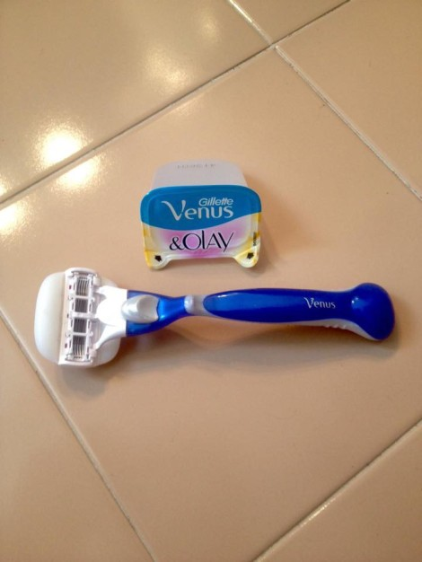 Gillet Venus & Olay er rett og slett genial, den har 5 blader som gjør at alle hår blir borte samtidig som de 2 gel-putene fukter og smører huden slik at du slipper barberskum. Resultat=silkemyke ben