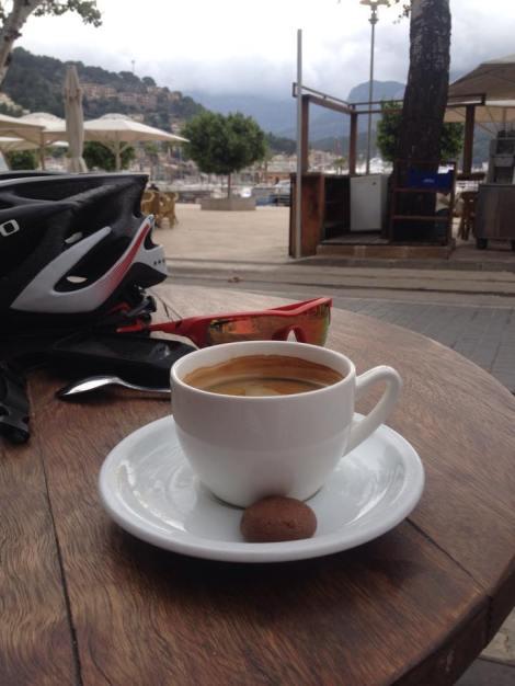 Her er bilde fra ukens café, navnet på den er som sagt Albatros. Godkjent kaffe og + i boken for at man får med en liten kjeks fylt med sjokolade:)