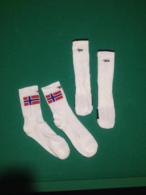 En selvfølge tenker sikkert mange, ja det er vel egentlig sant. Mange har i det siste gått til innkjøp av fargesprakende sokker. Det er etter min mening IKKE greit på sykkelen. Prøv heller noe hvitt og elegang, eller vis at du er stolt av landet ditt på en elegant måte som dette.