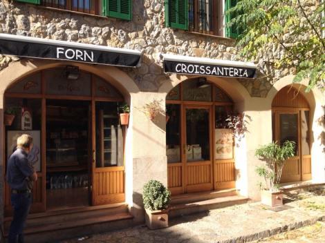 Ukens Café/baker fant jeg i Valldemossa, en liten landsby oppe i fjellene. men det er ikke lange klatringen opp dit. For de av dere som kommer på sykkelferie/treningsleir her nede å bor i Palma så er du i følge de innfødte her, fremme på under 1 time