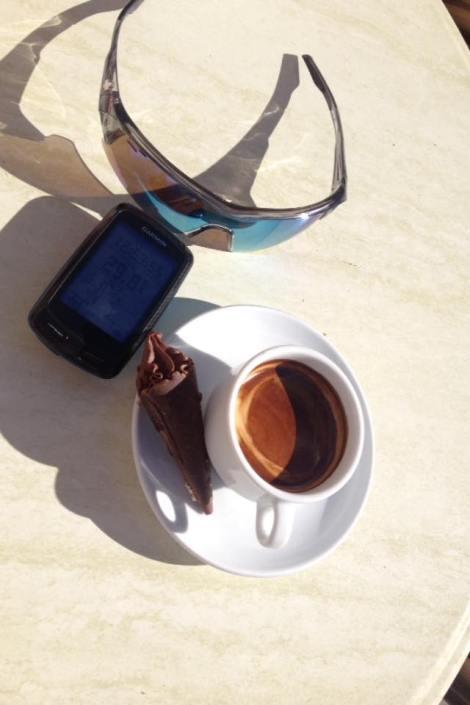 Denne Café´en som i grunn ikke er en café men en baker går under navnet Farn Ca´n Toni. Denne bakeren finner du midt på øyen og midt i landsbyen Sineu:) Denne plassen er litt vanskelig å finne, men et godt tips kan være å sikte på kirketårnet da torget ligger rett ved det. Ved siden av bakeren er det strategisk nok plassert en Café så der kan du få en kopp kaffe til kakene:)