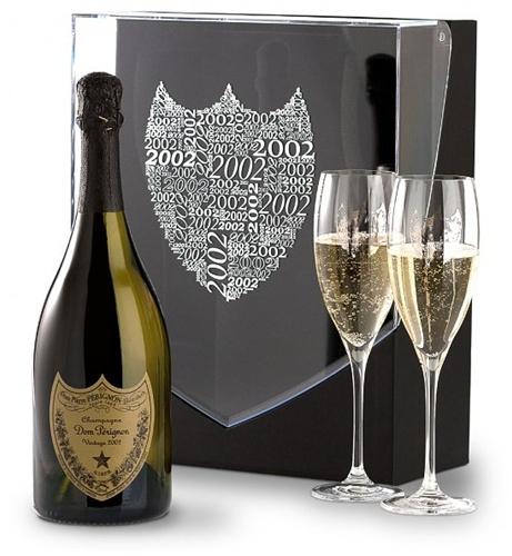 Champagne er i mine øyne et must, jeg vil anbefale denne pakken som jeg selv har stående i mitt vinskap, en Dom Pérignon 2002. Husk en Champagne er ikke en drikk kun til fest men også til glede etter en slitsom jobb tirsdag.