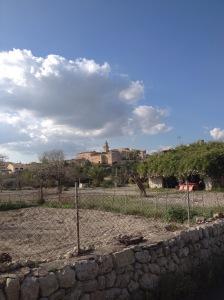Slik ser landsbyen ut fra litt avstand