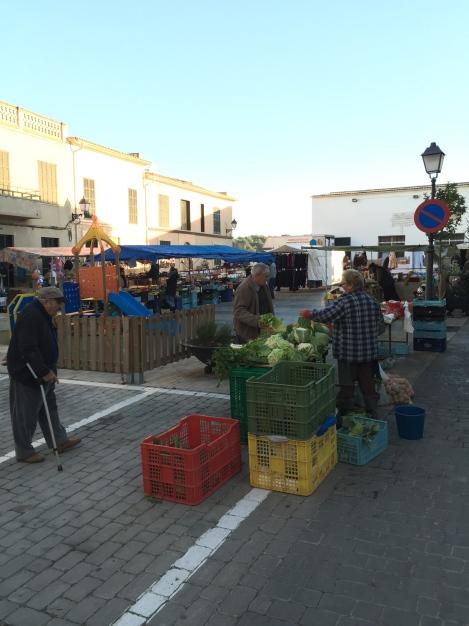 Hver mandag er det også et aldri så lite marked her i landsbyen, her får du kjøpt ferske oliven og tøfler.
