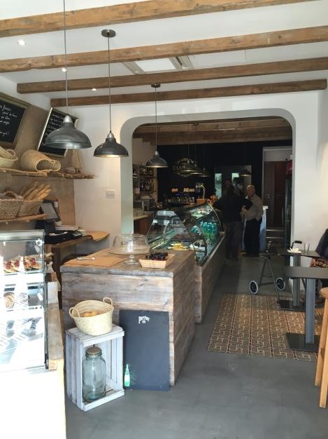Innsiden av ukens Café, beste utvalget jeg har sett i Port de Soller selv om de ansatte jobber i vinterhastighet