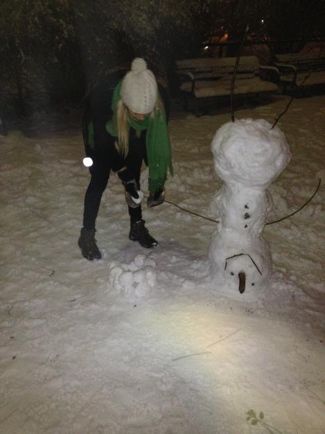 Jeg har også laget denne fantastiske snømannen som i kunstens navn ble laget opp ned med god hjelp fra Malene:)