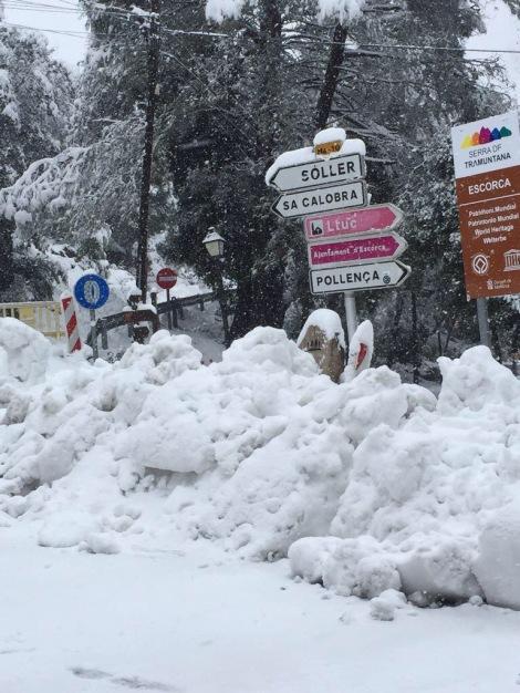 Snøen har inntatt øyen, alle fjellveier ble stengt i 2 døgn pga store mengder snø...Heldigvis ikke ofte dette skjer...