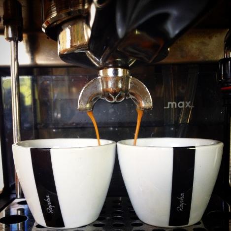 Trenger jo ingen nærmere forklaring, enten det er før, under eller etter trening. Ja eller faktisk uten trening i det hele tatt er kaffe en drikk som lyser opp livet:) Selv har jeg en Gaggia Classic Espresso-maskin stående hjemme, den tryller frem de fantastiske dråpene:)