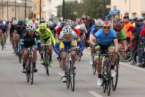 Her stikker hodet mitt opp bak vinneren i blå trøye Foto: Peña Ciclista Establiments