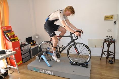 """""""Vi utfører sykkeltilpassing ved hjelp av Retüls """"motion capture""""  teknologi. Dette systemet lar oss se på rytterens posisjon mens den  sitter å trår en wattverdi opp mot terskel. Dette er en stor fordel  kontra den tradisjonelle """"statiske"""" sykkeltilpassingen. Retül brukes av  flere pro tour lag, blant annet Team Sky."""""""