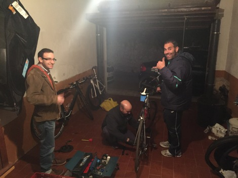 """Med både """"Sportsdirektør"""" Guillem, lagkamerat/mekaniker Jaume og klubbdirektør stiller opp for å fikse temposykkel på torsdagskveld"""