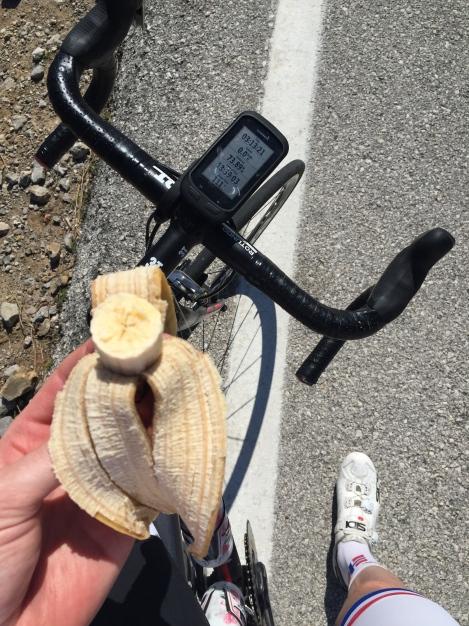 Når man sykler opp 3 slike bakker fortjener man en liten banan før man tar fatt på de siste timene hjemover.