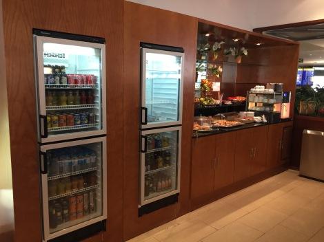 Inn døren til loungen på Palma flyplass sto kaffe og kaker klart....