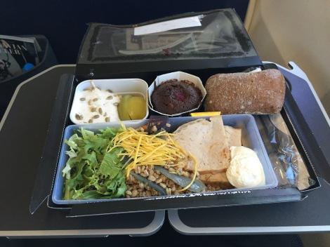 På flyet fikk jeg litt mat, noe som kom godt med på en lang og travel dag