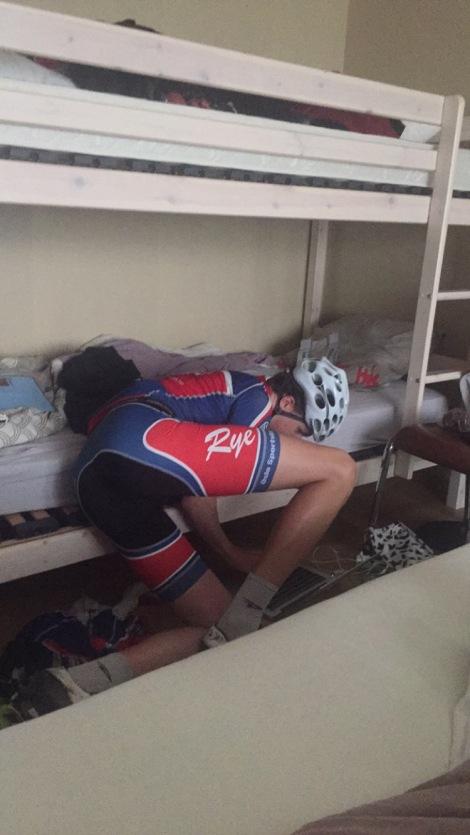 Når Aksel har trent kolapser han alltid rett før han kommer i sengen, han kan ofte ligge i denne stillingen i flere timer....
