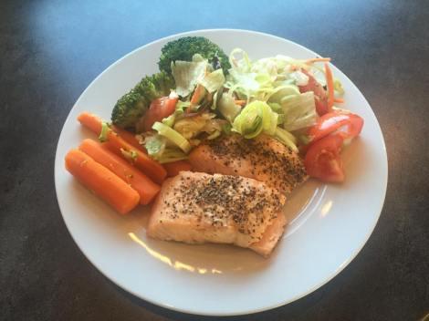 Men hvem sier at sunn mat ikke kan være spennende og godt :) Her er en type middag det går mye i om dagen, fisk og mye grønt fôr :)