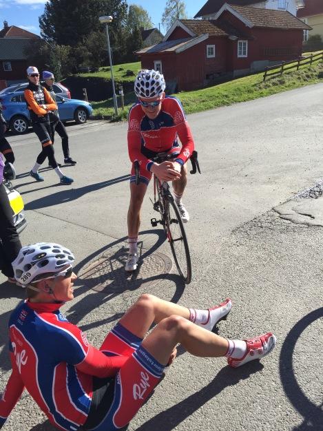 Min lagkamerat Simen syns også det var hardt, så han tok seg friheten til å sette seg ned etter målgang.