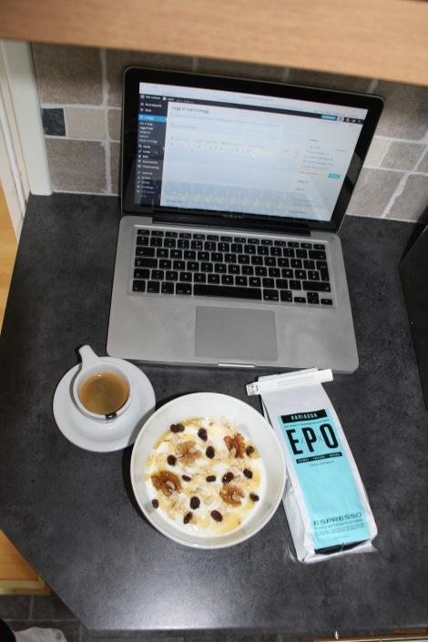 Så slik ser det ut når jeg sitter å skriver dette innlegget, god/sunn frokost som metter samtidig som EPO kaffen jeg kjøpte i Belgia smaker himmelsk.! Det eneste er at det ofte kan bli litt for mange kopper, sånn som nå...har kommet litt ut av tellingen på antall kopper så må ut å gå en tur for å få ut litt energi.
