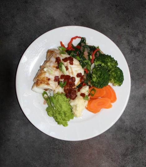 Dagens middag, her endte Lofot-torsken sine dager :) Ååååå jeg er som Truls Svendsen glad i saus, men det har den siste tiden blitt fy fy :/ Men det her smakte uansett super godt :) Anbefaler alle å reise til Lofoten, fiske fisken for så å spise den...!! Super enkel middag.