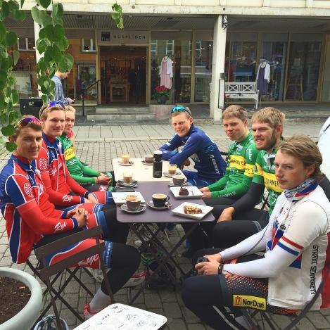 Dagen etter NM-tempoen samlet vi en sosial gjeng med kaffe tørste syklister:) Denne stoppen var kvalitetslengde på...