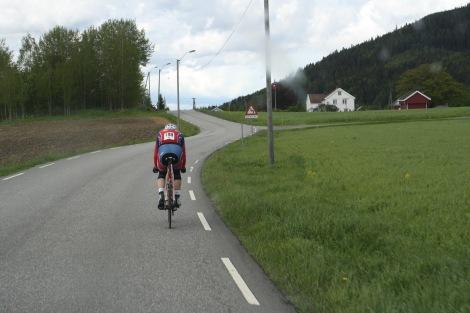 De siste 40 km ble det tempo-modus på meg alene i front, jeg rakk akkurat å ta igjen en lag-gruppe til noen km før mål, jeg fikk også kjørt opp snitthastigheten litt mot slutten :)
