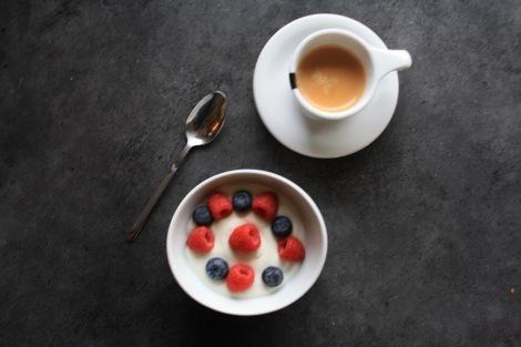 Jeg benytter også fult kjøleskap til å lage meg litt god dessert på hverdager også :) Lov å være litt crazy når man er syk i mine øyne :) + en eller fler espressokopper er aldri feil...!!!