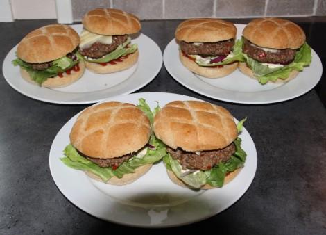 Etter du har stekt den drepte og kvernete elgen legger du den mellom 2 hamburgerbrød, gjerne de du har gjort klar med salat osv :)