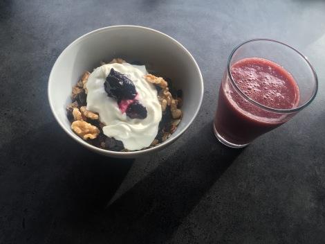 Frokost er viktig før en tøff treningsøkt, det går mye i havregrøt men dette er helt klart favoritten: Korn-blanding med div nøtter/frukt + youghurt og blåbær! Med et glass smoothie
