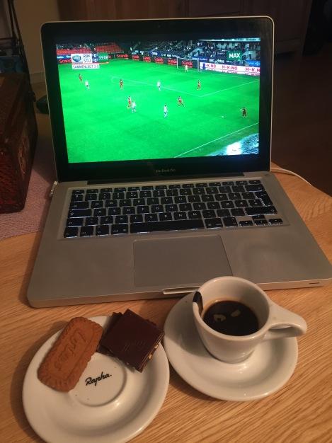 Så avsluttes dagen tykket dypt ned i sofaen med noen små sjokoladebiter, en liten kjeks, kaffe og Rosenborg på TV :)