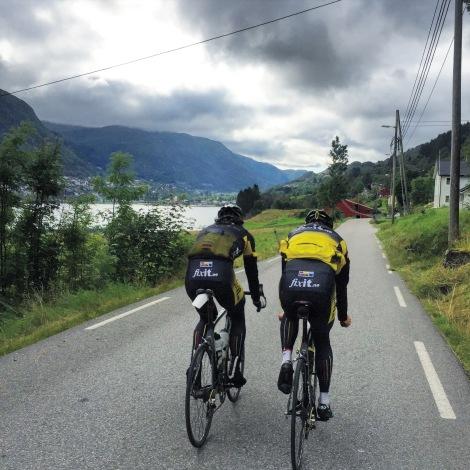Satsningslaget Team Fixit.no har naturlig nok mange lokale ryttere på laget, her er jeg på tur med Henrik og Filip