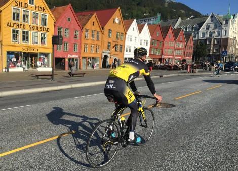 Filip Eidsheim en av de ledene syklistene fra Bergen i en årrekke på tur forbi den kjente bryggen i Bergen! En av Norges mest besøkte turistatraksjoner som i 2017 vil bli passert av verdens beste syklister under VM 2017!