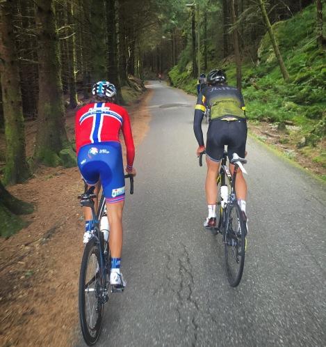 Som bonus er det også flott natur på vei oppover, her på hjulet til Odd og Henrik mens David har lagt inn et aldri så lite rykk som han ofte gjør.!