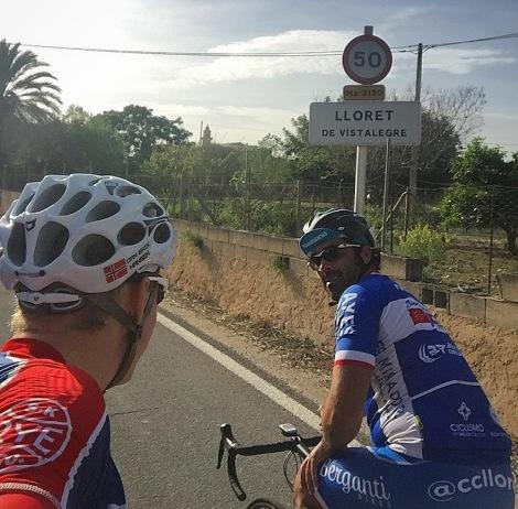 Noen timer etter ankomst Mallorca satt jeg på sykkelen, her med Tony som eier huset jeg leier 2 etasjen i! Super fyr, her triller vi forbi skiltet som viset hvilken landsby vi bor i. Er du i nærheten må du si ifra så skal vi fikse kaffe :)