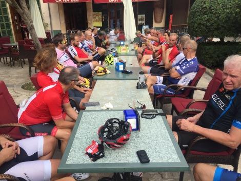 Her nyter gjengen en fortjent lunsj i Petra før turen går videre.