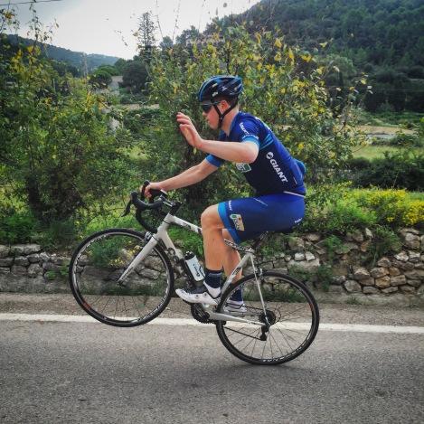Truls var ganske selvsikker på vei konkurransen, heldigvis for meg er han bedre på bakhjulet enn å dytte folk oppover en bakke :)