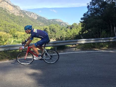 Stake slynger seg også nedover de smale spanske landeveiene ned mot kaffestopp.