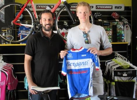Sist uke var jeg hos en av hovedsponsorene Berganti Bikes for å bekrefte samarbeidet. Her står jeg med neste års trøye og en fornøyd sjef hos Berganti