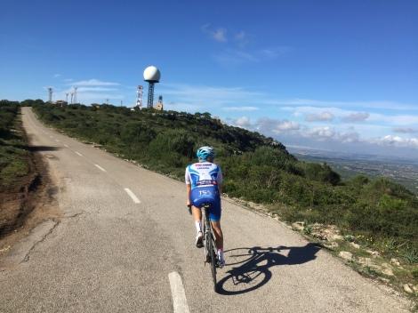 Treningen er vi også godt i gang med, her er vi på vei mot toppen av Cura. Som etter at dette bilde ble tatt har fått ny asfalt.