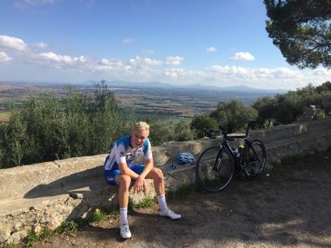 Vi er også godt i gang med intervallene, her tar Anders seg en pust i bakken på toppen av Puig d Santa Magdalena etter at alle intervallene var ferdig syklet.