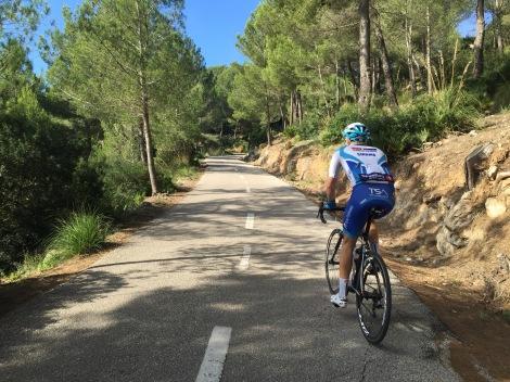 På en sykkeltur som er mellom 4-7 timer lang rekker man å gå gjennom mange temaer. Men så holder man litt kjeft for å nyte veier som dette.