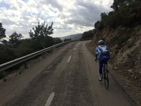 Sykle på spanske fjellveier som slynger seg oppover fjellsiden nesten helt uten trafikk.