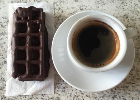 2: Stoppe halvveis på langturen for en herlig kopp kaffe + noe godt å sette tennene i.