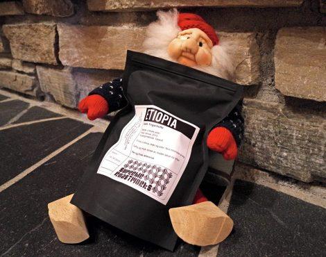 Selv om julenissen bor på Nordpolen leverer han kaffe for Postkaffe fra de beste kaffestedene i verden.