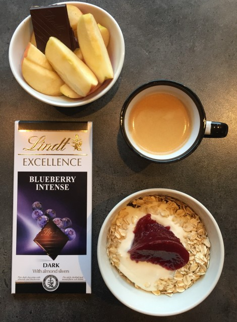Nå som jeg er hjemme har jeg også tilgang til min kjære kaffemaskin, da er det ekstra godt å nye en lang og god frokost/lunsj :) Sjokolade med blåbær anbefales!