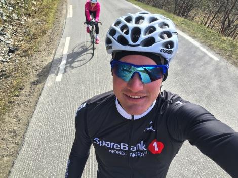 Hun bor i Alta, så da er det jo passende at jeg sykler for et Nord-Norsk lag og en klubb i Finnmark! Heldig er jeg også siden hun er så sprek at hun kan dra meg med ut på trening.